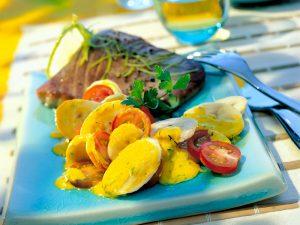 Suroviny na Tuniak s banánom a jogurtovým šalátom: Mleté čierne korenie, 1 limeta, 3 banány, 300 g kokteilových paradajok, 100 g nízkotučného jogurtu, 4 PL vínneho octu, 1 zväzok kôpru, 1 malý zväzok petržlenovej vňate,