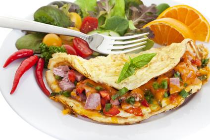 Omeleta s mäsovo-zeleninouvou plnkou