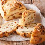 Chlieb so sušenými paradajkami a mozzarellou