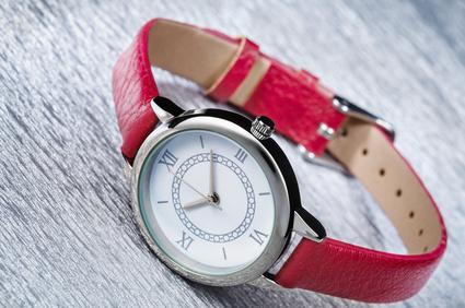 hodinky s cervenym remienkom
