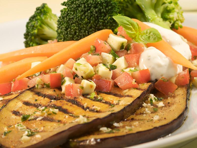 Marinovaný baklažán so zeleninou a Salsou Caprese