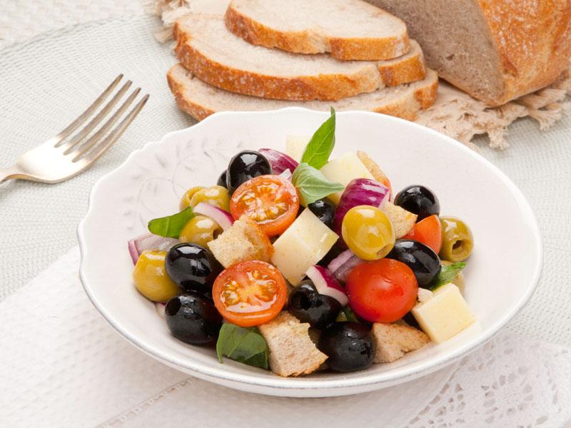Šalát z olív s rajčinami a chlebom