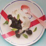 Mäkké snehové pyšteky s černicami a gréckym jogurtom