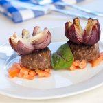 Grécke biftečky z mletého mäsa s cibuľovými kvetmi