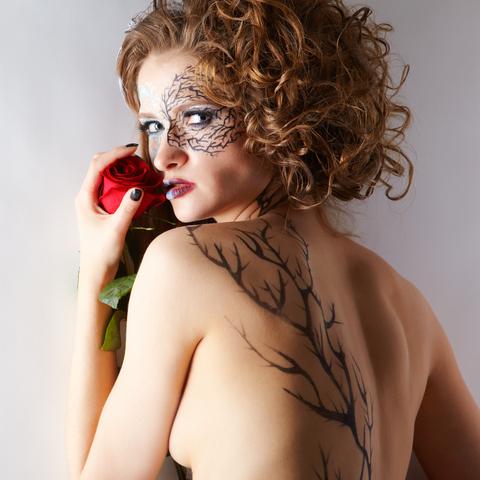 zena s tetovanim