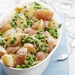 Teplý zemiakový šalát s hráškom