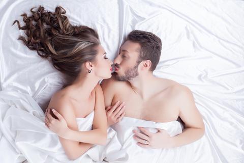 Milenci v posteli