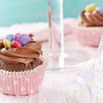 Cupcakes s čokoládovým krémom a lentilkami