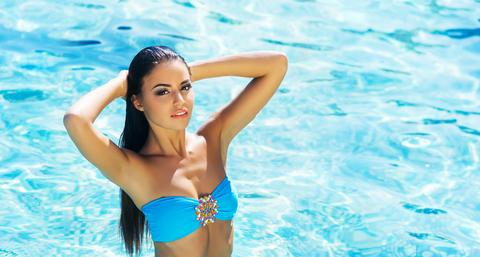 brunetka v bazéne