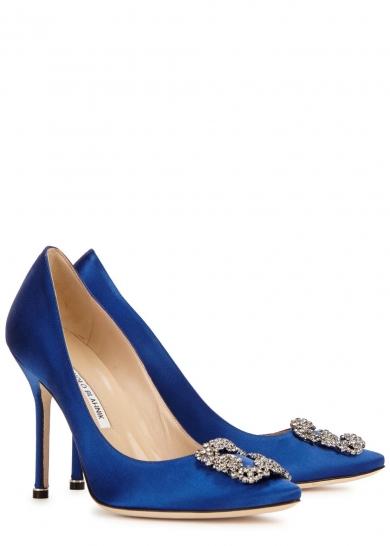 """ce79dc444a Modré saténové lodičky mala na nohách aj na svojej svadbe s """"Božským"""". Od  čias seriálu sa stalo vecou prestíže mať topánky od Manola."""