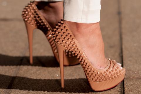 aaa213b02a Spolu so skrytými platformami vyzerajú ešte vyššie ako v skutočnosti a  pôsobia veľmi žensky a elegantne. Ženské nohy v jeho lodičkách ...