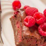 Cícerový koláčik s malinovou omáčkou
