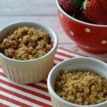 Rebarborový crumble s jahodami