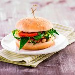 Vegetariánsky burger sparadajkovou salsou a bielymi fazuľami