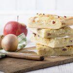 Cibuľový koláč so slaninou a jablkom
