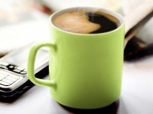 800_tsmo_for-me_green-mug-with-phone