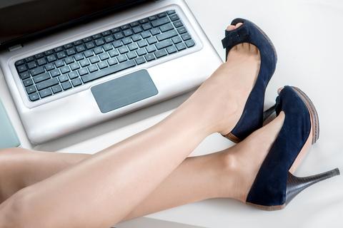 zenske nohy a pocitac