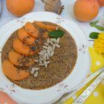 Quinoa s makom a marhuľami