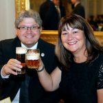 s pivom na plese