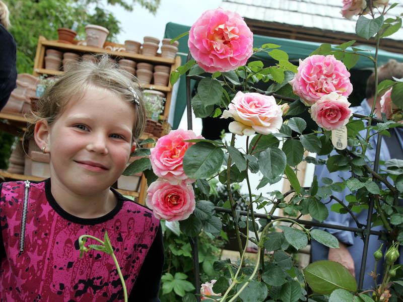 Kind mit Rose Gartentage 2006 (c) Christian Fischer_Schloss Hof (15)