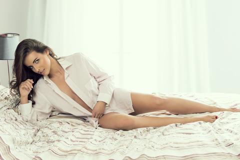 zena v posteli