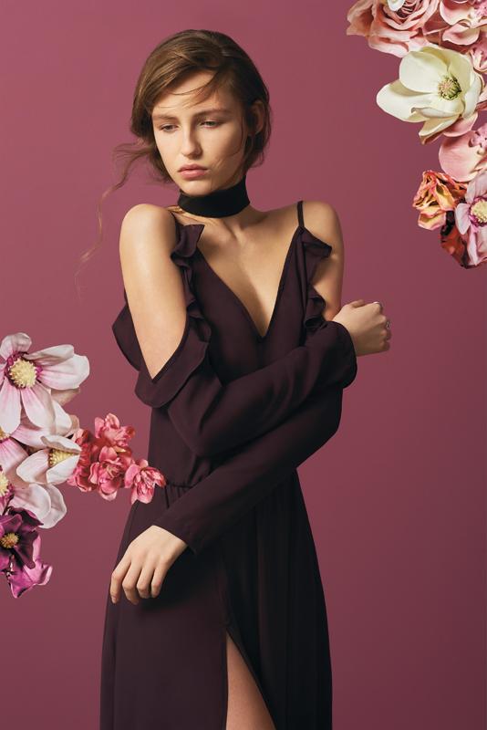 žena v čiernych šatách mohito-MohitoFlowerCrush(8)