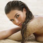 opálená žena na pláži