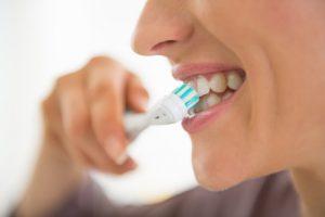 čistiť zuby