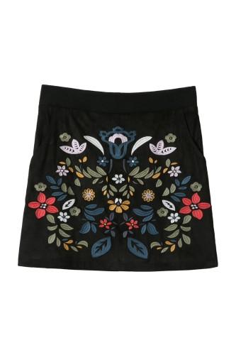 čierna sukňa svýšivkou
