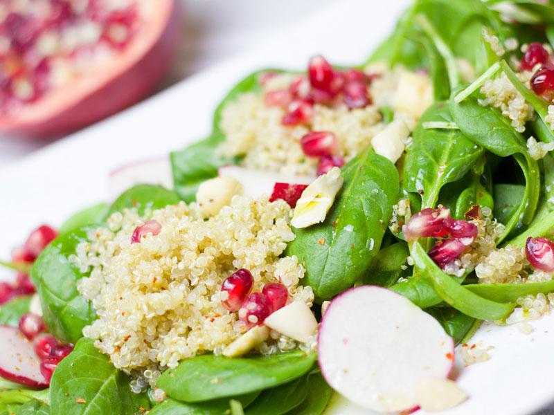 spenatovy salat s granatovym jablkom a quinoou
