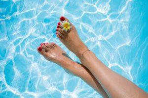 Krásne nohy v bazéne