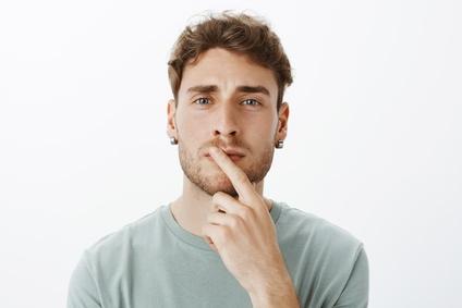 náušnica v mužskom uchu