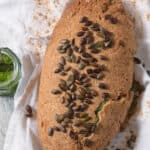 Chlebík s pestom z medvedieho cesnaku