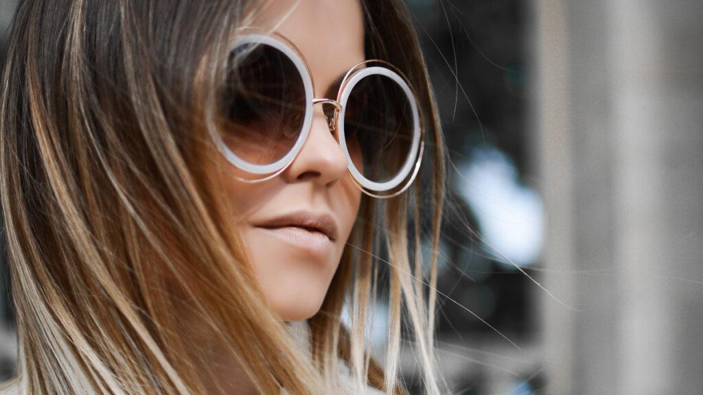 Ženy s tmavými okuliarmi