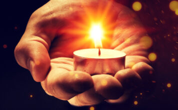 so sviečkou