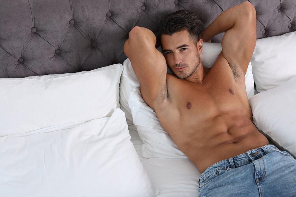 chlap v posteli